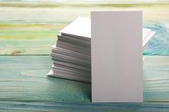 Carte vierge blanche de visite d'affaires, cadeau, billet, passage, présent étroit sur le fond bleu brouillé Copiez l'espace Photographie stock