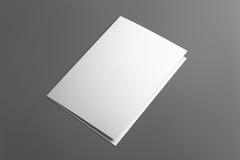 Carte vierge d'invitation d'isolement sur le gris Image stock