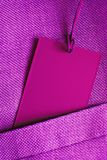 Carte vierge dans la poche de la veste ultra-violette de costume Photographie stock