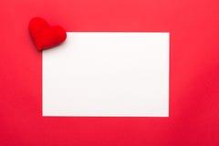 Carte vierge de jour de valentines avec de petits coeurs Coeurs rouges sur le fond blanc pour le jour de valentines, carte de val Photographie stock libre de droits
