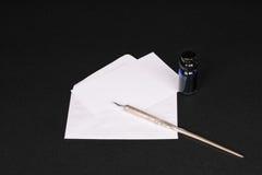 Carte vierge de note avec l'enveloppe, le crayon lecteur d'immersion et l'encrier encastré Photographie stock libre de droits