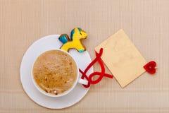 Carte vierge de tasse de café de pain d'épice de poney blanc de gâteau. Noël. Photographie stock libre de droits