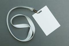 Carte vierge/insigne d'identification avec la ceinture blanche d'isolement au-dessus du fond L'espace pour le texte photo stock