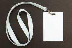 Carte vierge/insigne d'identification avec la ceinture blanche d'isolement au-dessus du fond L'espace pour le texte photos libres de droits