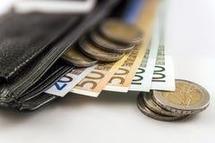 Carteira aberta de couro do ` s dos homens com as euro- contas, moedas e c das cédulas Foto de Stock