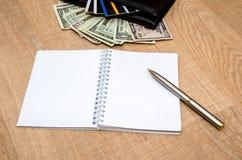 Carteira com dinheiro, cartões de crédito e bloco de notas Fotos de Stock Royalty Free