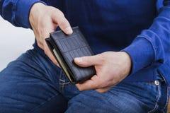 Carteira com dinheiro nas mãos de um homem Foto de Stock Royalty Free