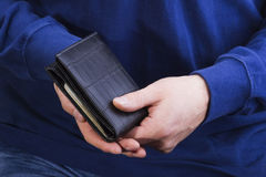 Carteira com dinheiro nas mãos de um homem Fotos de Stock Royalty Free
