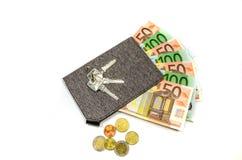 Carteira com euro e chaves isolada Foto de Stock Royalty Free