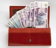 Carteira de couro alaranjada completamente de cem rublos Fotografia de Stock