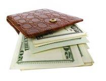 Carteira de couro completamente de contas de dólar Fotografia de Stock