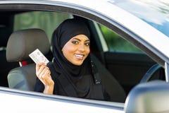 Carteira de motorista da mulher muçulmana Imagens de Stock