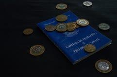 Carteira do brasileiro do trabalho com as moedas com o inscripition, minis foto de stock