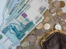Carteira do ` s das mulheres com as moedas de várias denominações e as cédulas de mil rublos imagens de stock royalty free