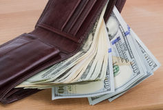 Carteira do ` s dos homens de Brown com dinheiro Fotos de Stock