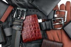 A carteira dos homens que encontra-se nas correias e nas luvas Fotos de Stock Royalty Free