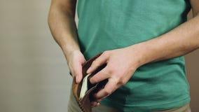 A carteira masculina da abertura encheu-se com as notas de dólar, salário alto, bom trabalho, sucesso filme