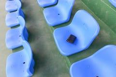 Carteira perdida que encontra-se no assento do estádio Fotos de Stock