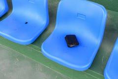Carteira perdida que encontra-se no assento do estádio Fotografia de Stock