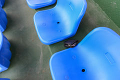 Carteira perdida que encontra-se no assento do estádio Fotografia de Stock Royalty Free