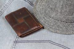Carteira que encontra-se em calças de brim Fotografia de Stock