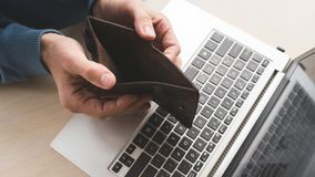 A carteira vazia em linha da fraude do embuste do Internet perdeu o dinheiro imagens de stock