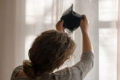 Carteira vazia nas mãos de uma moça, o tema da pobreza imagem de stock royalty free