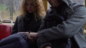 Carteirista que rouba o telefone de uma bolsa do ` s da mulher no bonde ou no ônibus filme