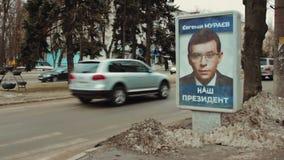 Cartel al aire libre de la cartelera con el retrato del candidato presidencial Eugeniy Muraev Publicidad de campaña electoral de  almacen de video