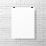 Cartel blanco en blanco en la pared de ladrillo Fotografía de archivo