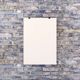Cartel blanco en blanco en la pared de ladrillo Imagen de archivo libre de regalías