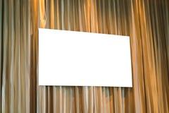 Cartel blanco en blanco en la pared en conferencia moderna fotos de archivo
