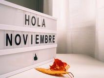 Cartel brillante para acoger con satisfacción noviembre en español foto de archivo