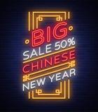 Cartel chino de las ventas del Año Nuevo en el estilo de neón Señal de neón, bandera brillante, señal de neón sin llama en descue