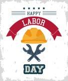 Cartel colorido del Día del Trabajo feliz con el casco protector y las llaves inglesas cruzadas libre illustration