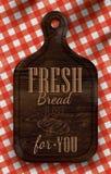Cartel con el pan que corta al tablero de madera marrón que pone letras al pan fresco para usted. Imagen de archivo libre de regalías
