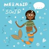 Cartel con una sirena de la historieta con la cola roja y una camiseta rayada Sirena de la muchacha con el pelo oscuro en un fond ilustración del vector