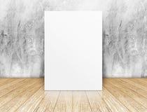 Cartel cuadrado en blanco blanco en muro de cemento y sitio de madera del piso Fotografía de archivo libre de regalías