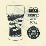 Cartel de la cerveza del estilo del grunge del vintage de la tipografía con el vidrio de cerveza Ilustración del vector Fotografía de archivo libre de regalías