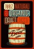 Cartel de la cerveza en estilo retro con un barril de cerveza de madera con la etiqueta Ilustración del vector Imágenes de archivo libres de regalías