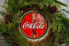 Cartel de la Coca-Cola del vintage con las decoraciones de la Navidad en área internacional de la impulsión foto de archivo