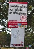 Cartel de la elección del partido marxista-leninista alemán con un cartel divertido del grupo del escritor satírico Imagen de archivo