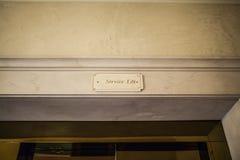 Cartel de la elevación de la huésped en un hotel de lujo imágenes de archivo libres de regalías