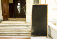 Cartel de la pizarra en la puerta de entrada imagen de archivo libre de regalías