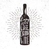 Cartel de la tipografía con la silueta, el resplandor solar y las letras de la botella de vino Fotos de archivo libres de regalías