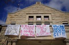 Cartel del antirracismo en respuesta a racismo en la universidad de Oberlin Imágenes de archivo libres de regalías