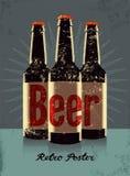 Cartel del estilo del grunge del vintage con las botellas de una cerveza Ilustración retra del vector Foto de archivo