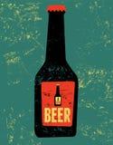 Cartel del estilo del grunge del vintage con una botella de cerveza Ilustración retra del vector Foto de archivo libre de regalías