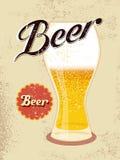 Cartel del estilo del vintage con un vidrio de cerveza Ilustración del vector Imágenes de archivo libres de regalías