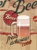 Cartel del estilo del vintage con una taza de cerveza Cartel retro de la cerveza del vector Fotografía de archivo